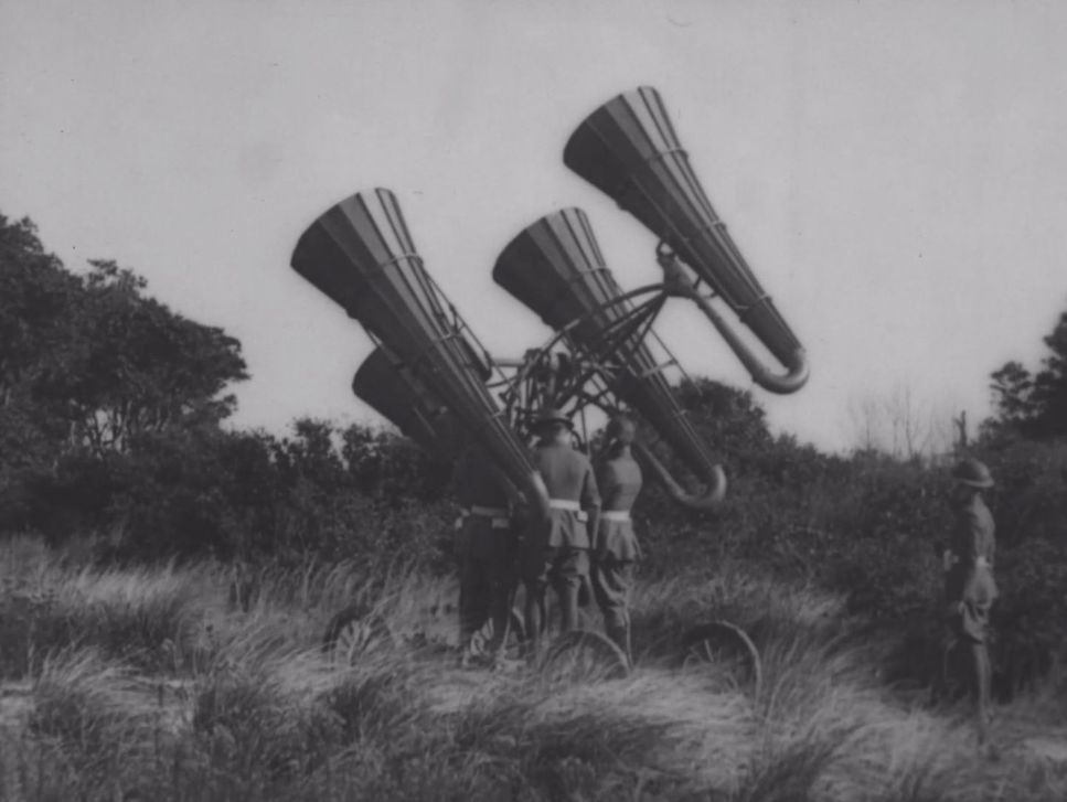 1930s-Soldiers-with-sound-locators