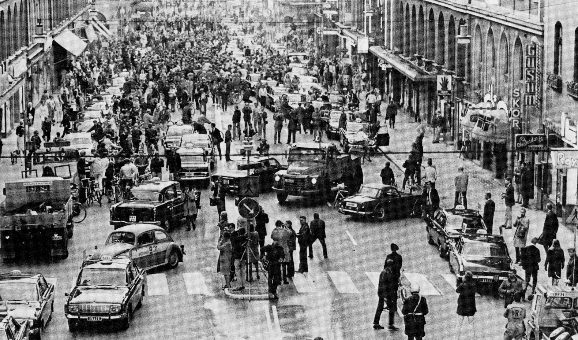 First-morning-after-Sweden-changed-from-driving-on-the-left-side-to-driving-on-the-right-1967
