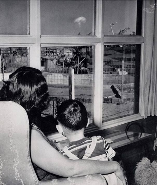 Mom-and-son-watching-the-mushroom-cloud-after-an-atomic-test-Las-Vegas-1953